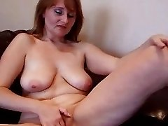 Old amateur MILF working her pussy