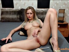 blonde model tease viewres with naked body