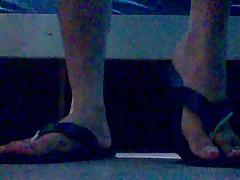 Meus lindos e maravilhosos pes em chinelos