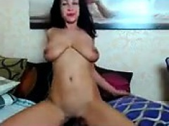 Solo babe toys her pussy in stunning close up