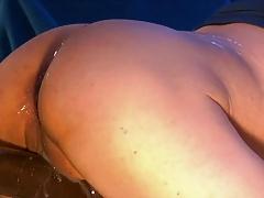 Squirting dildo machine fucks pussy