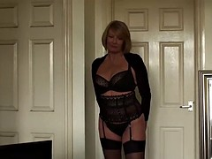 Seduces mature l with her cute body