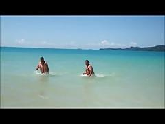 Gordinhos de tanga fio dental na praia